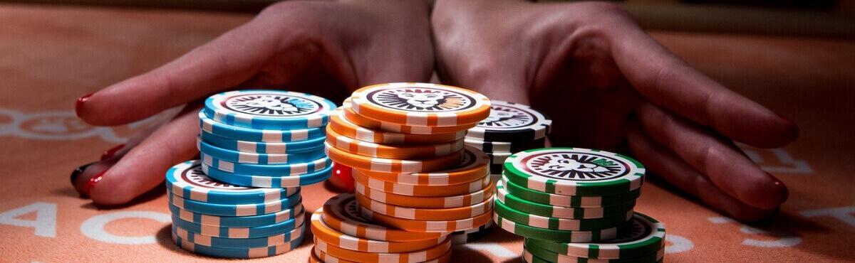 Casino Croupier skyder gevinsterne til spilleren.
